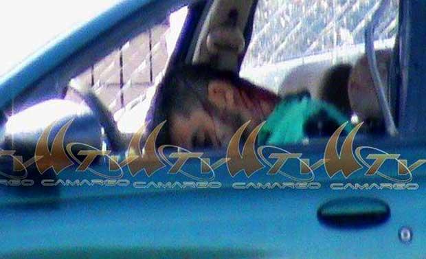 El cuerpo sin vida quedó en el interior del vehículo al parecer de su propiedad, un Saturn, tipo Guayín, cinco puertas, color verde, modelo atrasado.